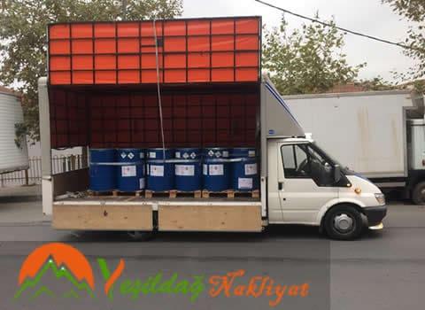 Tuzla Nakliyat hizmetinini sunarken nakliye aracımız içerine paletli bir şekilde forklif yardımı ile yüklenmiş ürünler.