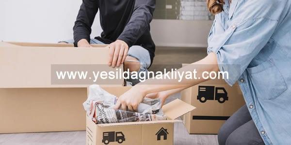 Kadıköy ucuz nakliye hizmeti ile personellerimiz ile paketlenmiş ürünlerinizi kolilere yerleştirirken.