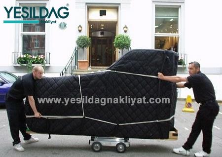 Piyano taşımacılığı, Piyano nakliyesi, Piyano nakliye aracına taşınırken