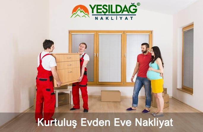 Kurtuluş evden eve nakliyat hizmeti sırasında taşıma personellerin mobilyaları yerleştirmesi